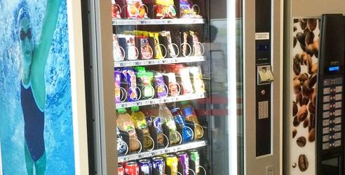 Distributeurs automatiques à la piscine d'Olivet